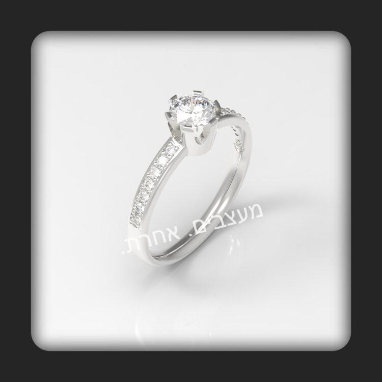 טבעת אירוסין בזהב 14K דגם קווין משובצת עם יהלום מרכזי עם כוס בצורת כתר ועוד יהלומים בצידי הטבעת. תמונה עילית.